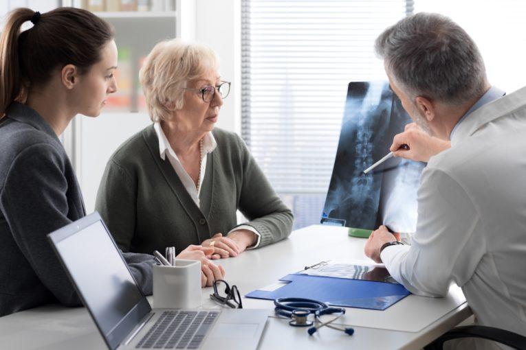 L'ostéoporose chez la femme : 5 facteurs qui pourraient contribuer à améliorer son traitement par Alcimed
